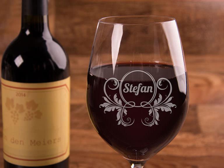 Rotweinglas mit Gravur