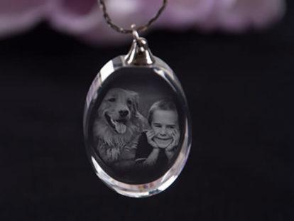 Schmuckanhänger aus Glas Hund mit Kind